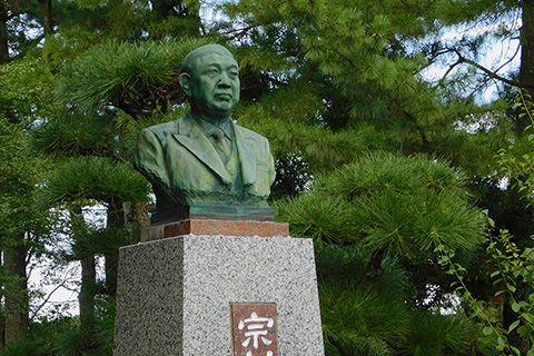 初代理事長(S35.7.1就任)宗村佐信の像